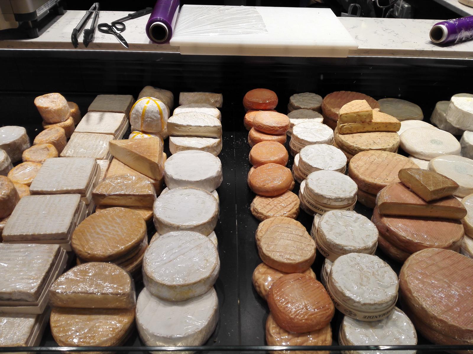 piac Lyonban sajtok